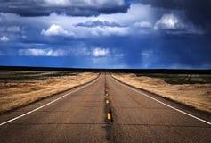 ensam lång väg Arkivbild