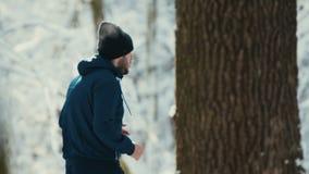 Ensam löpare i vinterträ stock video