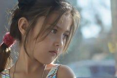 Ensam ledsen flicka på fönstret Royaltyfri Fotografi