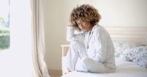 Ensam ledsen kvinna djupt i tankar royaltyfri fotografi