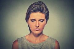 Ensam ledsen kvinna djupt i tankar som ner ser Arkivbilder