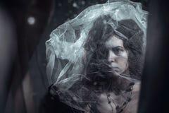 Ensam ledsen kvinna i bilden Arkivfoto