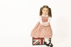 Ensam liten flicka med den gamla resväskan Arkivbilder