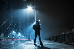 Ensam mörk natt på bron Royaltyfri Fotografi