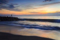 ensam man för strand Arkivbild