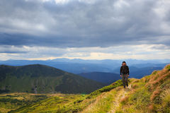 Ensam man för vandringresa Arkivbild