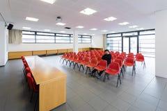 Ensam man i tomt konferensrum, begrepp royaltyfri fotografi