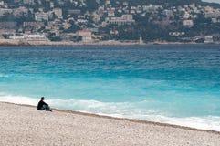 Ensam man på en kust Royaltyfri Bild