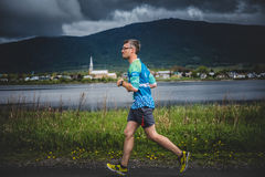 Ensam man som leder en grupp av löpare 10K Royaltyfria Foton