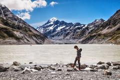 Ensam man som promenerar sjön av monteringskocken, Nya Zeeland royaltyfri foto