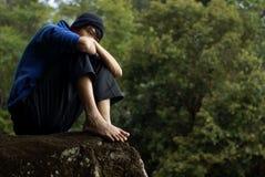ensam man som sitter utomhus royaltyfri fotografi