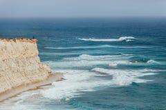 Ensam man som tycker om den starka bränningen på klippan nära Marsaxlen Royaltyfri Fotografi
