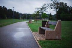 Ensam modern minimalist bänk som göras av betong och trä i en gr fotografering för bildbyråer