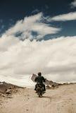 Ensam motocyclisthandelsresande på bergrosad i Himalaya arkivfoton