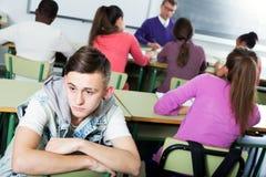 Ensam outcasted student som mobbas av andra studenter fotografering för bildbyråer