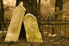 ensam past för kyrkogård royaltyfria bilder
