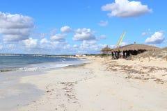 Ensam Platja Es Trenc strandpanorama, stång för bambukojastrand och medelhav på Majorca Royaltyfria Bilder