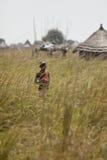 Ensam pojke i gräs i södra Sudan Fotografering för Bildbyråer