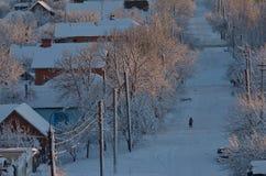 Ensam pojke på en snöig gata Royaltyfri Bild