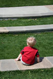 ensam pojkesitting Fotografering för Bildbyråer