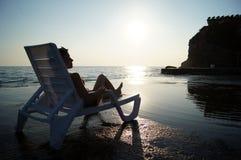 Ensam schäslong mot det härliga havet Royaltyfri Bild