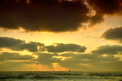 ensam segelbåt Royaltyfri Bild