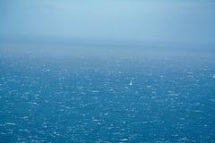 Ensam segelbåt på havet royaltyfri fotografi