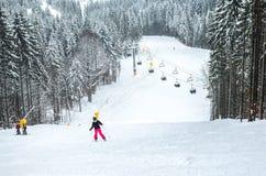 Ensam skidåkare på en lutning i träna Arkivfoton