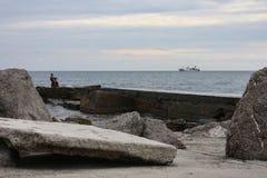 Ensam skulptur på stranden Fotografering för Bildbyråer