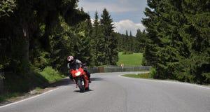 ensam snabb motorcykelväg arkivbild