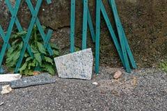 Ensam sten på asfaltbakgrunden med skugga, abstrakt konst Arkivfoto