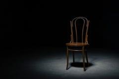 Ensam stol på det tomma rummet Arkivfoton
