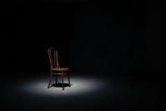 Ensam stol på det tomma rummet Fotografering för Bildbyråer