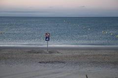 ensam strand för solnedgång i sommar royaltyfri fotografi