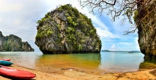 Ensam strand och ö och kanoter - Koh Lanta, Krabi, Thailand Arkivbilder