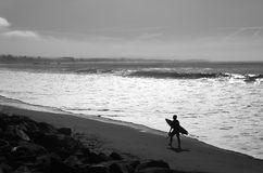 Ensam surfare nya Brighton State Beach och tältplats, Capitola, Kalifornien Royaltyfri Fotografi