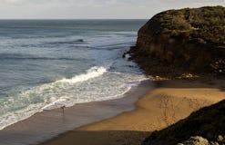 Ensam surfare på den Klockor stranden Royaltyfri Bild