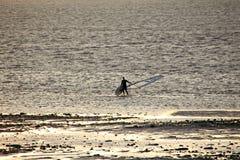 Ensam surfare på lågvatten Arkivfoto