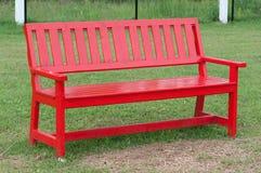 Ensam träbänk i parken Royaltyfri Foto