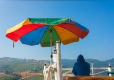Ensam turist Sit On Viewpoint Of Phu Thap Boek --- Turist Attr royaltyfri foto