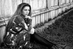 ensam utomhus- eftertänksam SAD kvinna arkivfoton