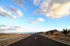 Ensam väg i öknen Arkivbild