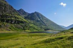 Ensam väg nära Glencoe - Skottland, UK arkivfoton