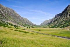 Ensam väg nära Glencoe - Skottland, UK royaltyfri fotografi