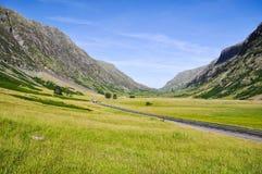 Ensam väg nära Glencoe - Skottland, UK arkivbilder
