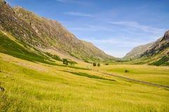 Ensam väg nära Glencoe - Skottland, UK Royaltyfria Foton