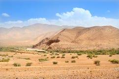 Ensam väg som är fjällnära i öken av Marocko hög kartbok Arkivbilder
