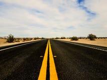 ensam väg till Brawley California royaltyfri bild