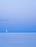 ensam yacht för horisont Royaltyfri Fotografi