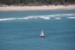 Ensam yacht nära kusten av Matakana Arkivbilder